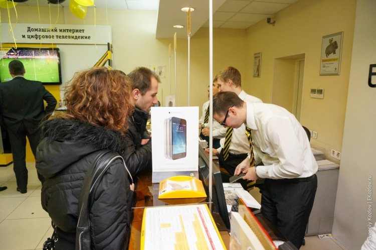 iPhone sales start Russia 2013-22